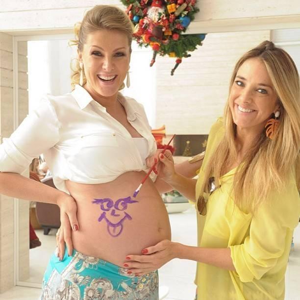 chá de bebê desenhando na barriga