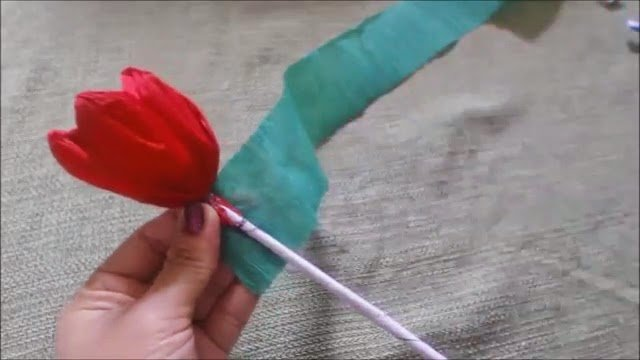 como fazer flor de papel crepom